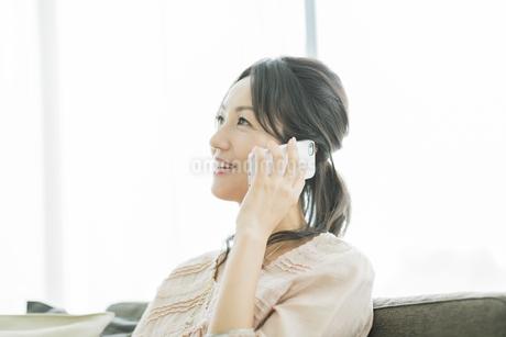 スマートフォンで通話をする女性の写真素材 [FYI01621946]