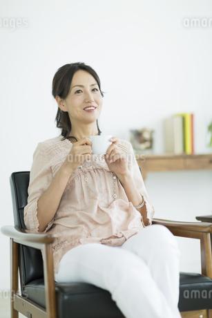 コーヒーカップを持つ女性の写真素材 [FYI01621949]