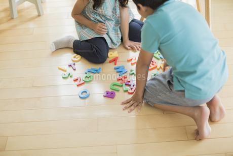 アルファベットで遊ぶ兄と妹の写真素材 [FYI01621954]