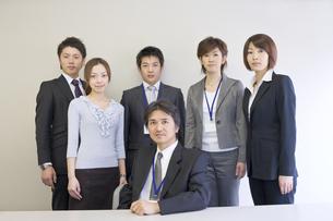 上司の後ろに立つ男女の会社員の写真素材 [FYI01621961]