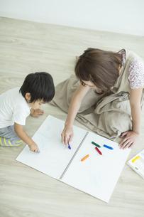 お絵描きをする親子の写真素材 [FYI01621963]
