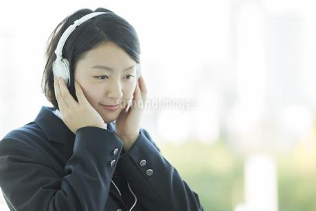 ヘッドフォンで音楽を聴く女子校生の写真素材 [FYI01621968]