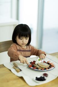 パンケーキを食べる女の子の写真素材 [FYI01621970]