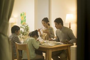 夕食を食べる家族の写真素材 [FYI01621973]