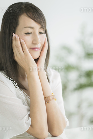 40代日本人女性の美容イメージの写真素材 [FYI01621974]