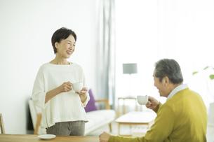 笑顔で会話をするシニア夫婦の写真素材 [FYI01621982]