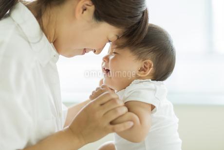 笑顔の赤ちゃんと母親の写真素材 [FYI01621985]