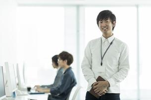 笑顔のビジネスマンの写真素材 [FYI01621986]