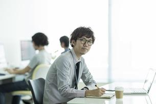 オフィスで働くビジネスマンの写真素材 [FYI01621990]
