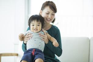 笑顔の親子の写真素材 [FYI01621991]