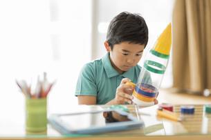 ペットボトルでロケットを作る男の子の写真素材 [FYI01622001]