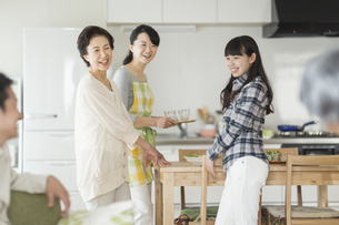 食事の準備をする三世代家族の写真素材 [FYI01622005]