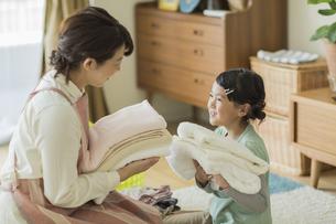 タオルを抱いて笑顔の親子の写真素材 [FYI01622014]
