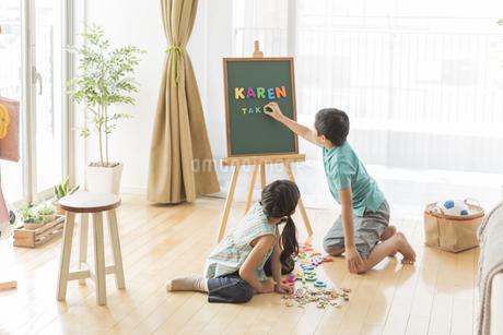 アルファベットで遊ぶ兄と妹の写真素材 [FYI01622015]