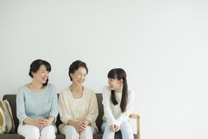 ソファーに座る三世代家族の写真素材 [FYI01622016]