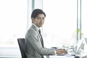 笑顔のビジネスマンの写真素材 [FYI01622026]