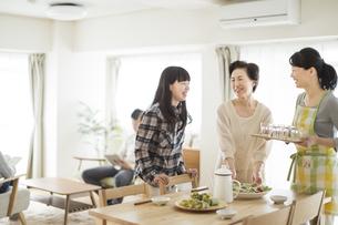 食事の準備をする三世代家族の写真素材 [FYI01622027]