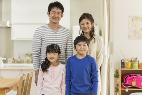 笑顔の四人家族の写真素材 [FYI01622030]
