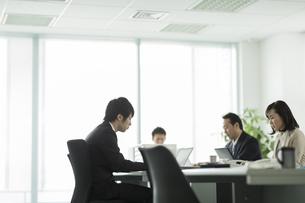オフィスで仕事をする男女のビジネスマンの写真素材 [FYI01622033]