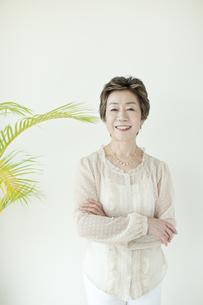 壁の前にたち笑顔の中高年女性の写真素材 [FYI01622056]