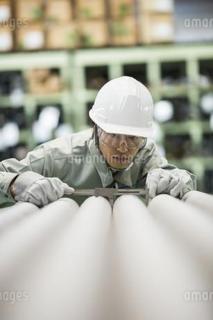 倉庫で働く作業服の男性の写真素材 [FYI01622060]