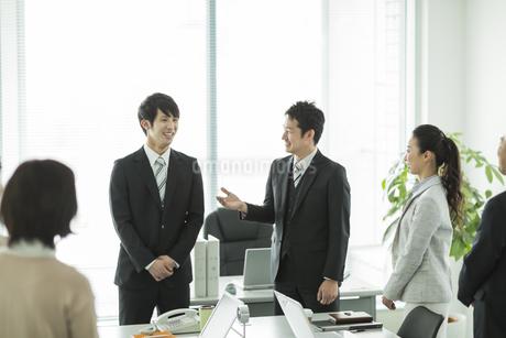 自己紹介をするビジネスマンの写真素材 [FYI01622065]
