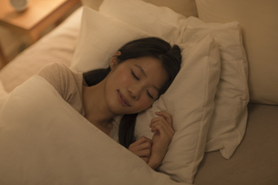 ベットで眠る女性の写真素材 [FYI01622069]