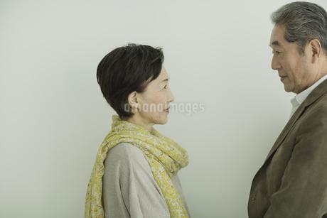 向き合うシニア夫婦の写真素材 [FYI01622072]