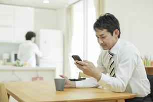 スマートフォンを操作する男性の写真素材 [FYI01622079]