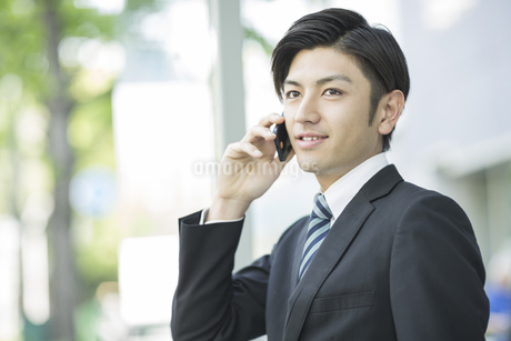 電話をするビジネスマンの写真素材 [FYI01622089]