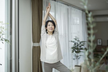 ヨガをする若い女性の写真素材 [FYI01622097]