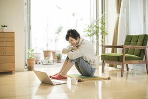 パソコンを見る若い女性の写真素材 [FYI01622100]