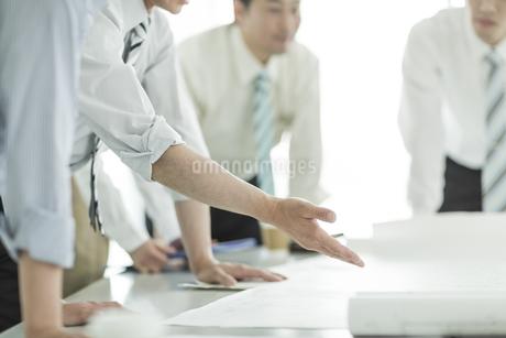 打ち合わせをするビジネスマンの手元の写真素材 [FYI01622104]