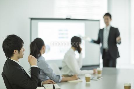 プロジェクターを使用した会議の写真素材 [FYI01622106]