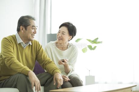 スマートフォンを持って笑顔のシニア夫婦の写真素材 [FYI01622112]