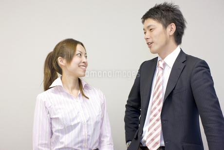 笑顔で話す男女の会社員の写真素材 [FYI01622121]