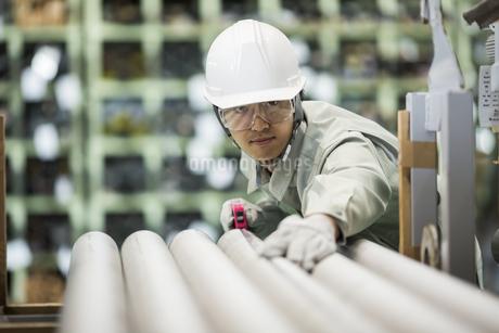 倉庫で働く作業服の男性の写真素材 [FYI01622128]