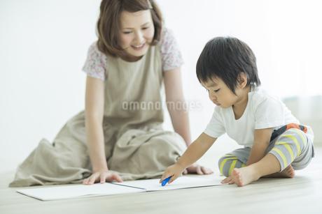 お絵描きをする親子の写真素材 [FYI01622135]