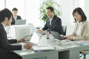 オフィスで働くビジネスマンとビジネスウーマンの写真素材 [FYI01622141]