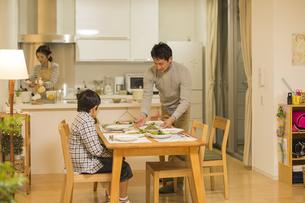 夕食の準備をする家族の写真素材 [FYI01622146]