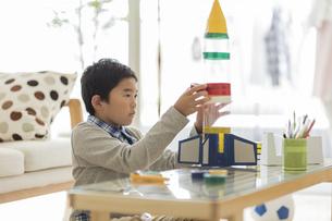 ペットボトルでロケットを作る男の子の写真素材 [FYI01622151]