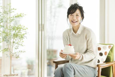 ケーキを持って笑顔の女性の写真素材 [FYI01622163]
