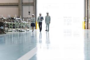 工場で歩く男女の作業員の写真素材 [FYI01622164]