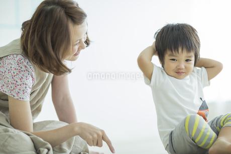 笑顔の母親と男の子の写真素材 [FYI01622165]