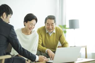 商談をするシニア夫婦とビジネスマンの写真素材 [FYI01622166]