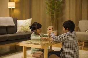 リビングで遊ぶ兄と妹の写真素材 [FYI01622167]