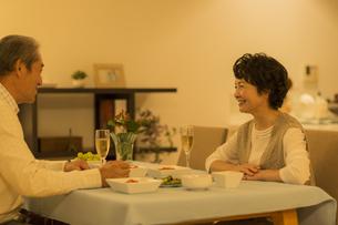 食卓で会話をするシニア夫婦の写真素材 [FYI01622171]