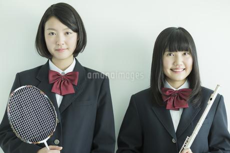 ラケットと楽器を持つ女子校生の写真素材 [FYI01622172]