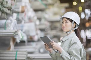 タブレットPCで仕事をする女性社員の写真素材 [FYI01622176]