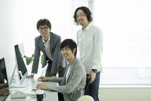 オフィスで働くビジネスマンの写真素材 [FYI01622186]